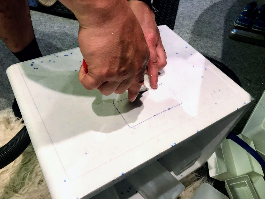 vaihe-2-leikkaa-kylkeen-reikä