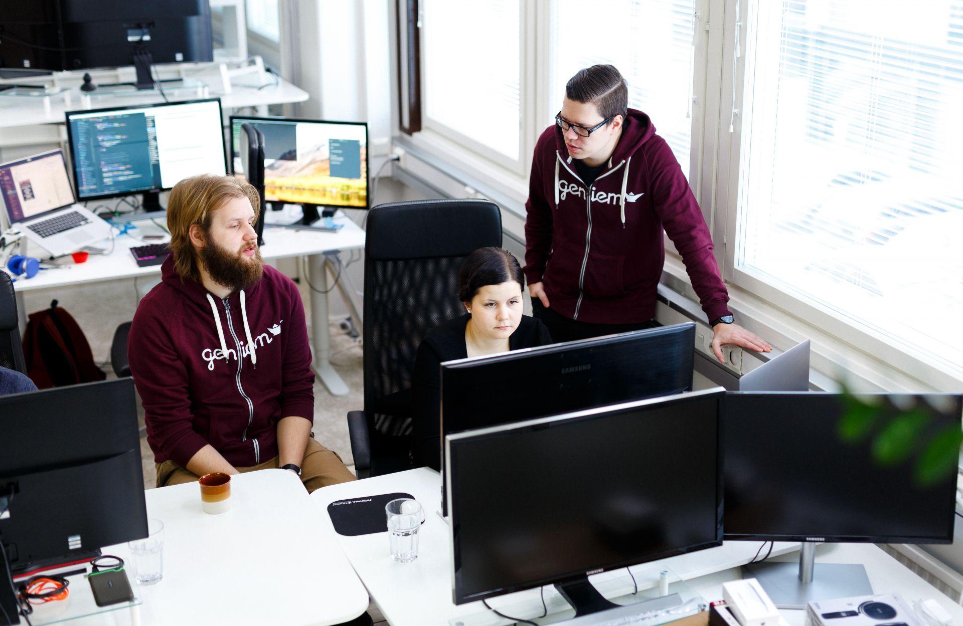 Web-kehittäjät toimistolla