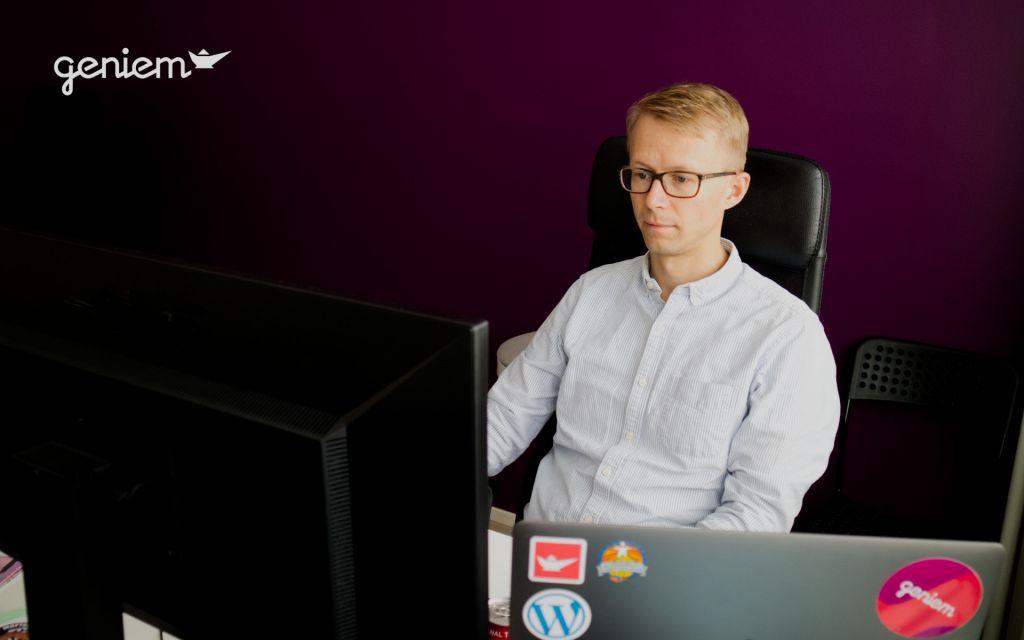 Mies kirjoittaa tietokoneella saavutettavaa sisältöä
