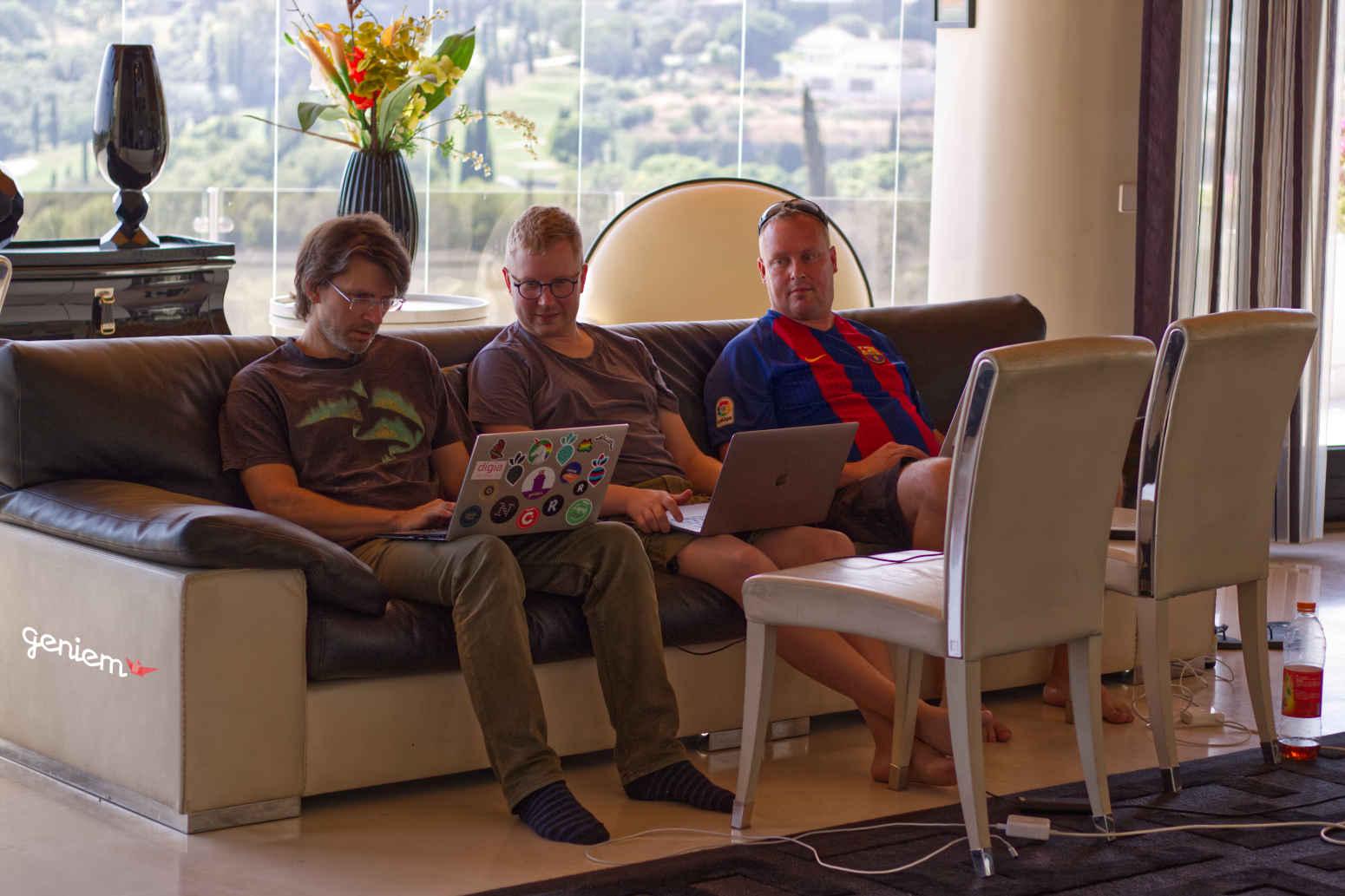 Geniemin Team Buildie tekmässä töitä sisätiloissa
