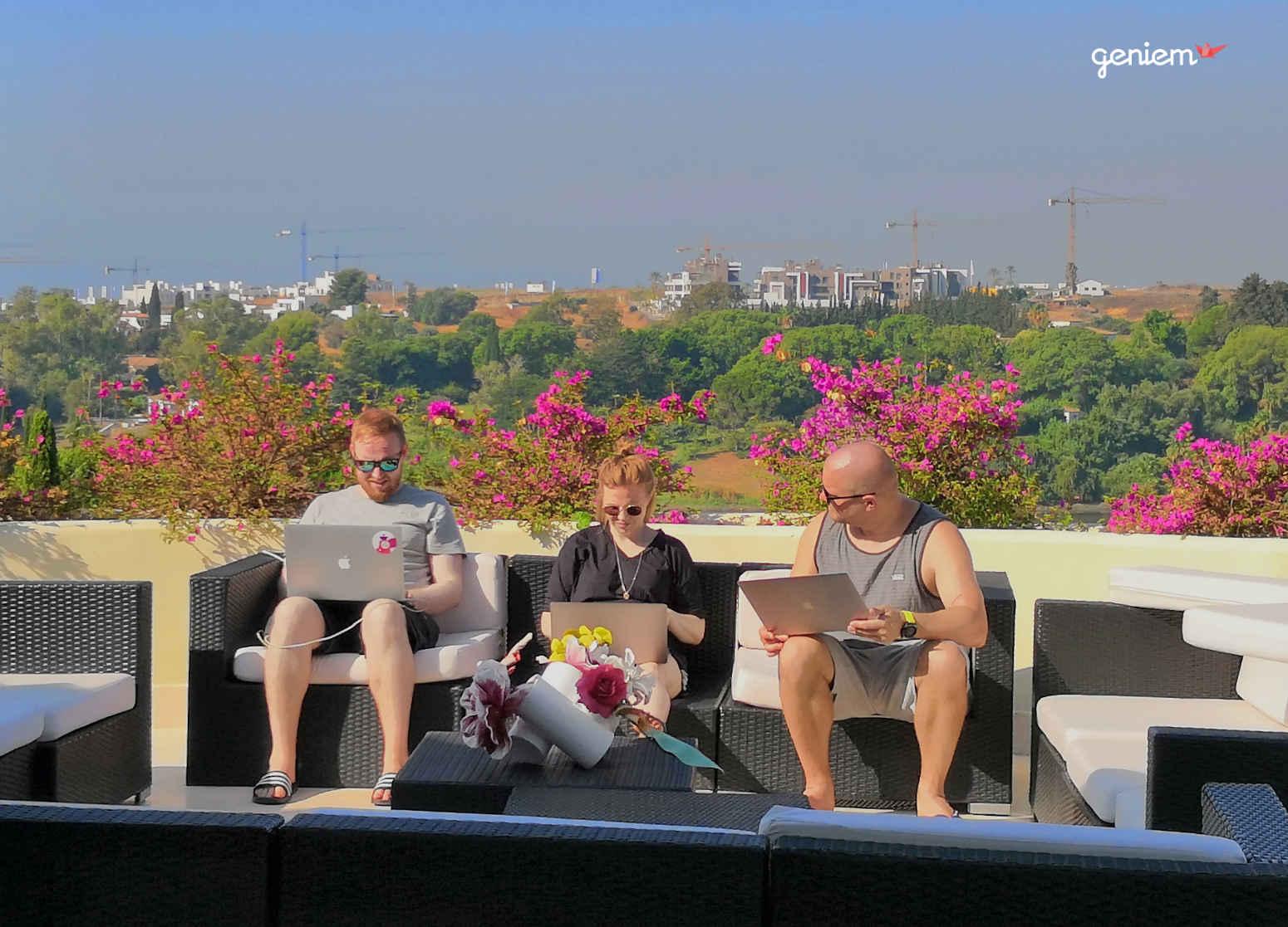 Geniemin suunnittelijat tekemässä töitä auringonpaisteessa