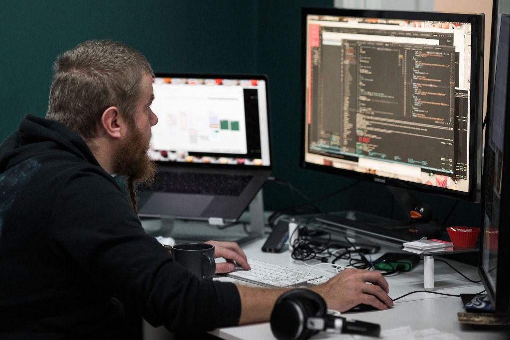 Geniemin senior WordPress-kehittäjä Ville Pietarinen työn touhussa
