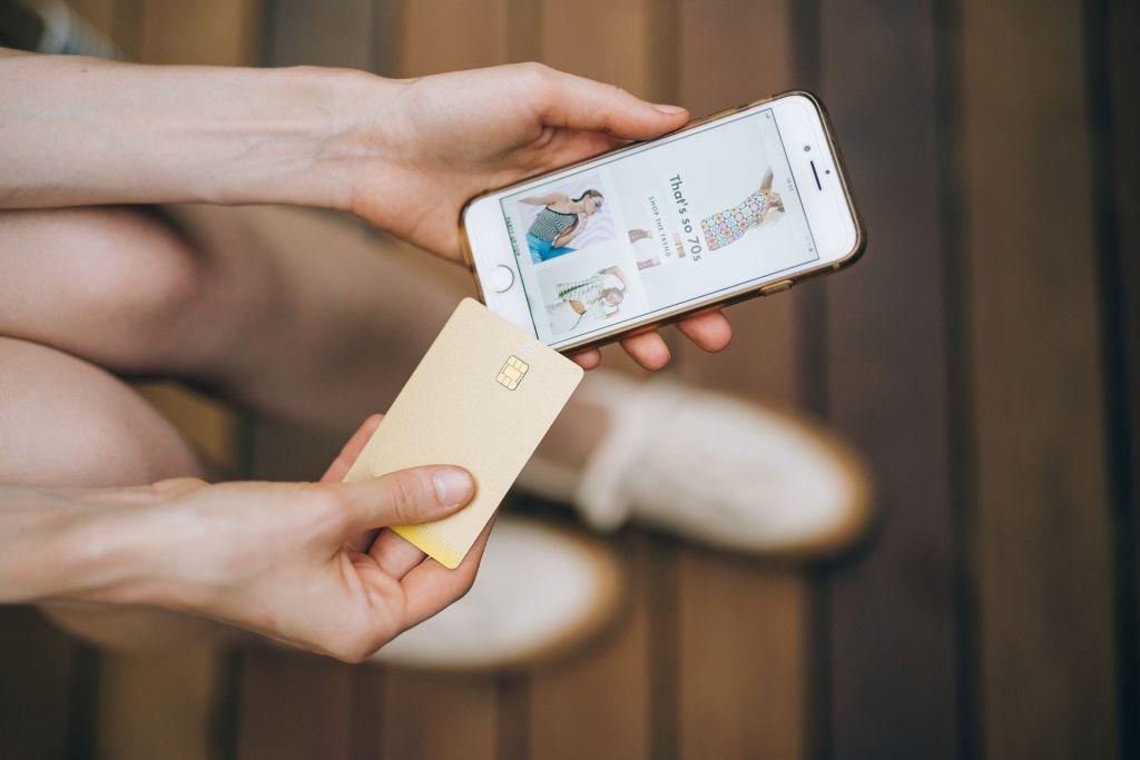 Verkkokaupassa asiointia mobiilissa