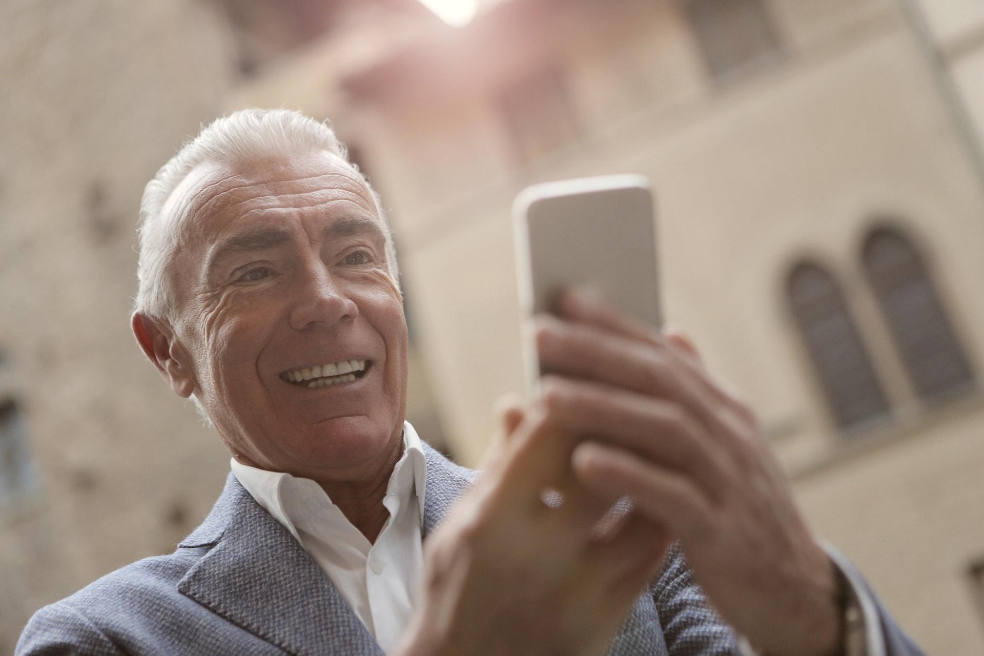 Mobiilisovelluksen saavutettavuus hymyilyttää vanhaa miestä