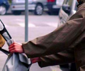 Sfilano il cellulare dal marsupio di un passante: arrestati due algerini