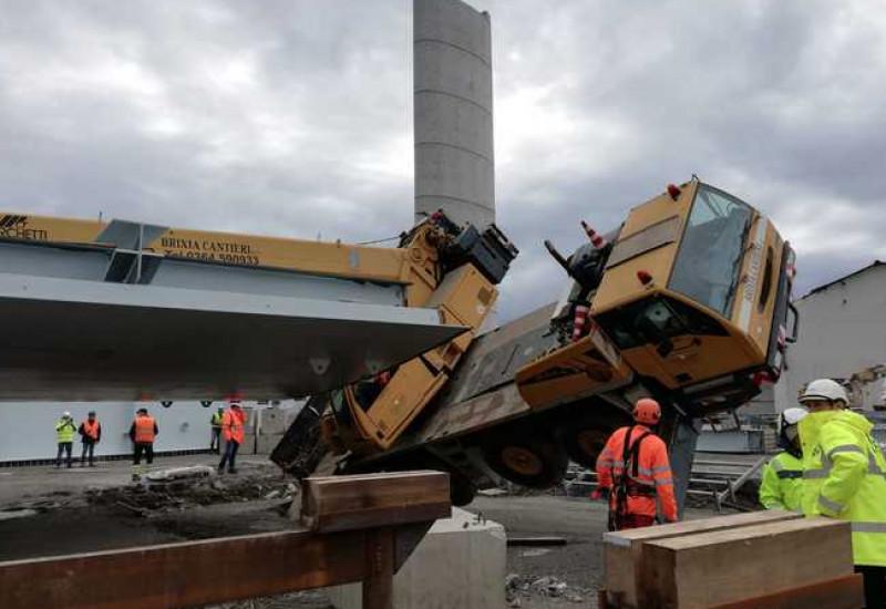 Ponte Morandi, si inclina una gru: tre operai contusi
