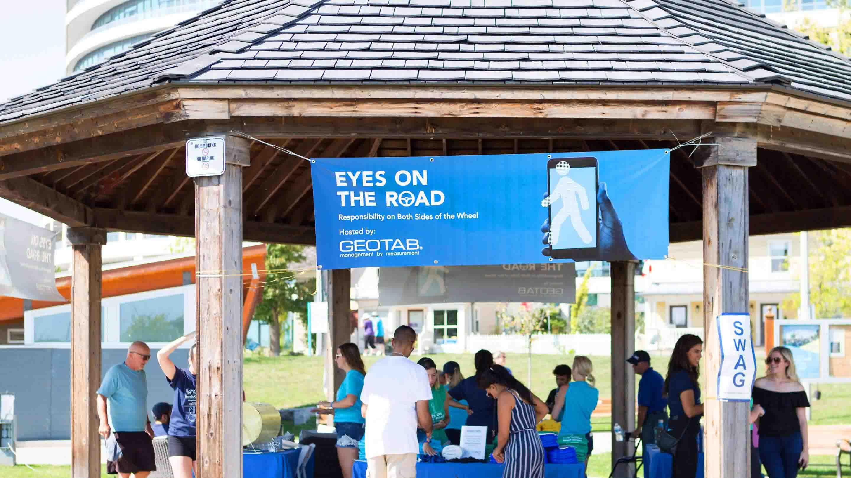 Panneau disant 'Les yeux sur la route' réalisé par Geotab