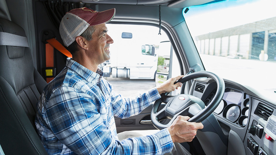 Fahrer am Steuer von einem LKW.