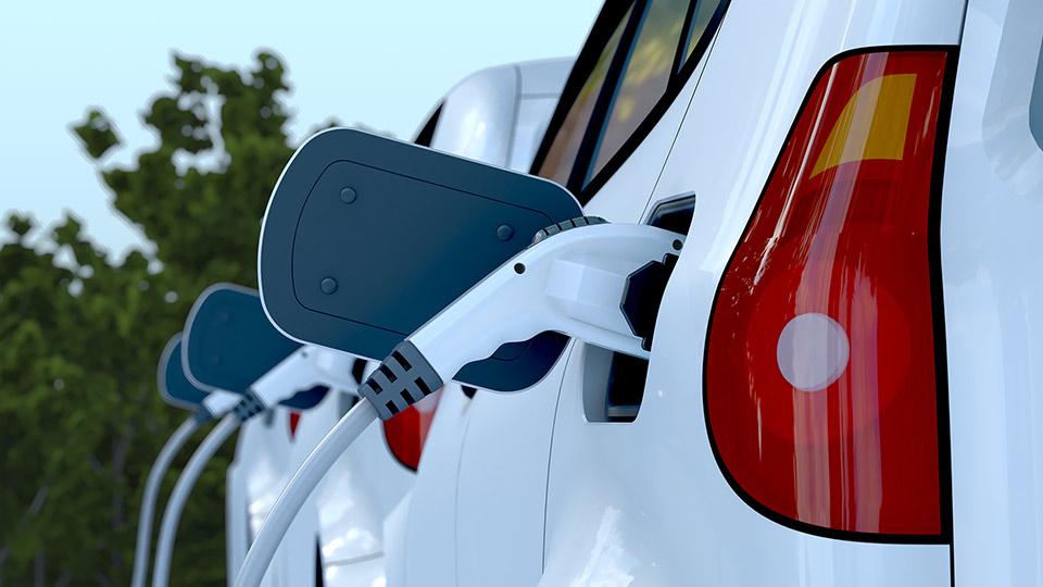 un-coche-eléctrico-cargándose