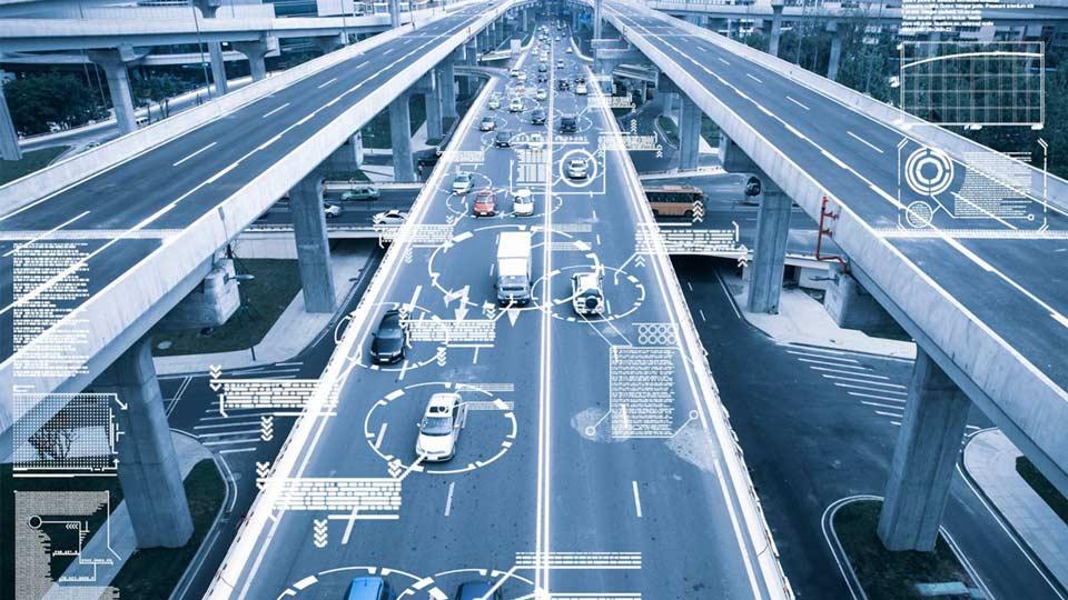 Vehículos en una carretera con símbolos de datos a su alrededor