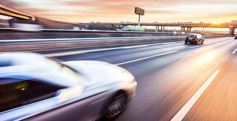 Coches en movimiento en una carretera