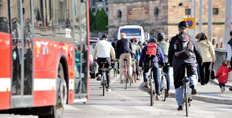 Roter Bus auf der rechten Seite und viele Fahrradfahrer.