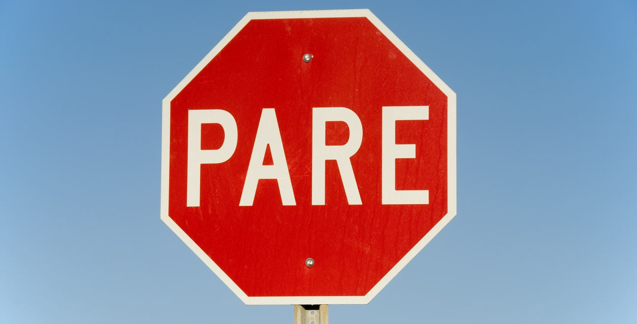 A stop sign in Spanish