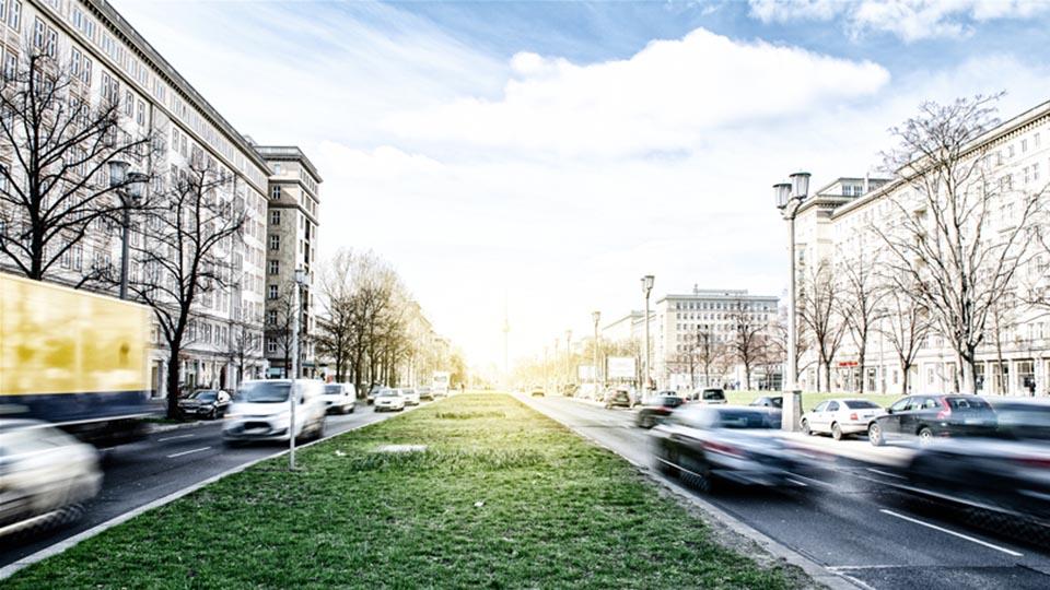 Eine verkehrsreiche Straße in Deutschland