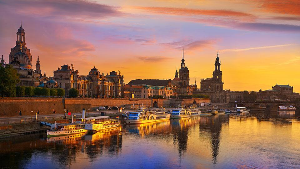 Atardecer. Edificios históricos y barcos en un canal