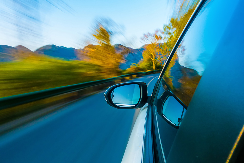 retrovisor de un coche en movimiento