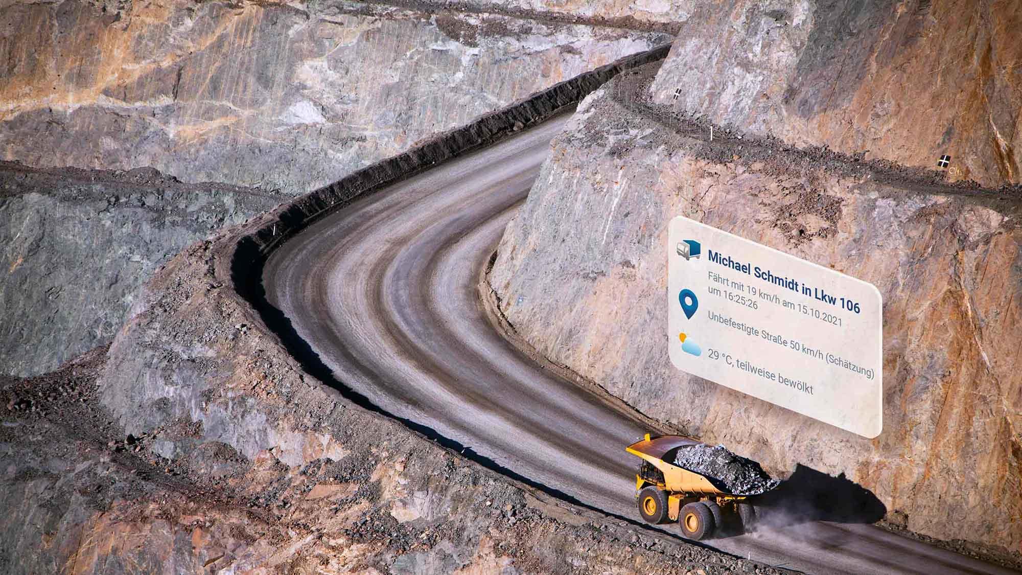 Gelber Muldenkipper auf einer kurvenreichen Schotterstraße mit darüberliegenden MyGeotab-User-Interface.