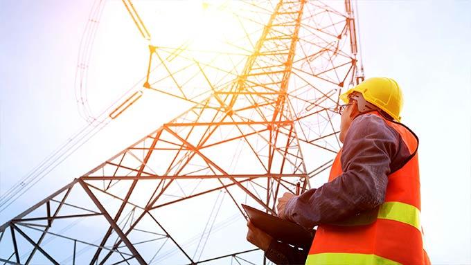 Arbeiter beim Prüfen von Stromleitungen