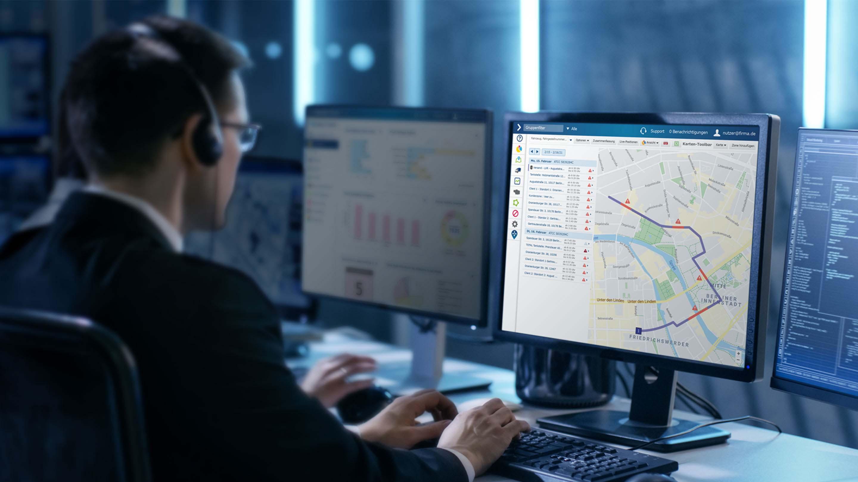 Mann, der an einem Computermonitor im MyGeotab-Dashboard navigiert