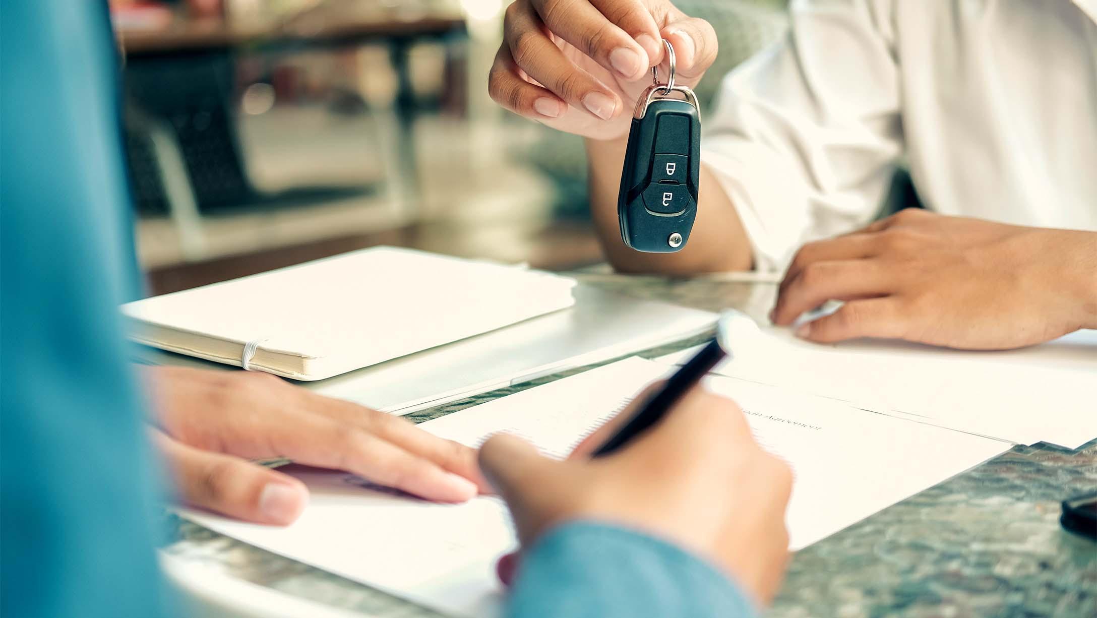Persona firmando un contrato de leasing