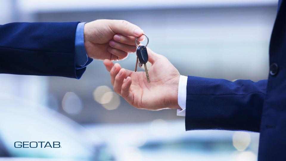 imagen-de-alguien-entregando-la-llave-de-un-coche-a-otra-persona