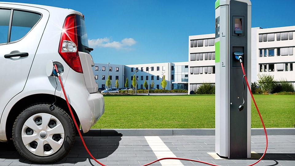 imagen de un coche eléctrico cargando