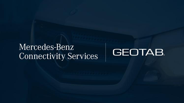 La imagen muestra un vehículo de la marca Mercedes con el logo de Mercedes-Benz-Connectivity-Services y el de Geotab