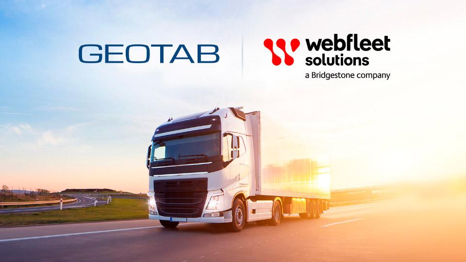 Ein Lkw mit Anhänger fährt auf einer Kurve neben den Logos von Geotab und Webfleet Solutions.