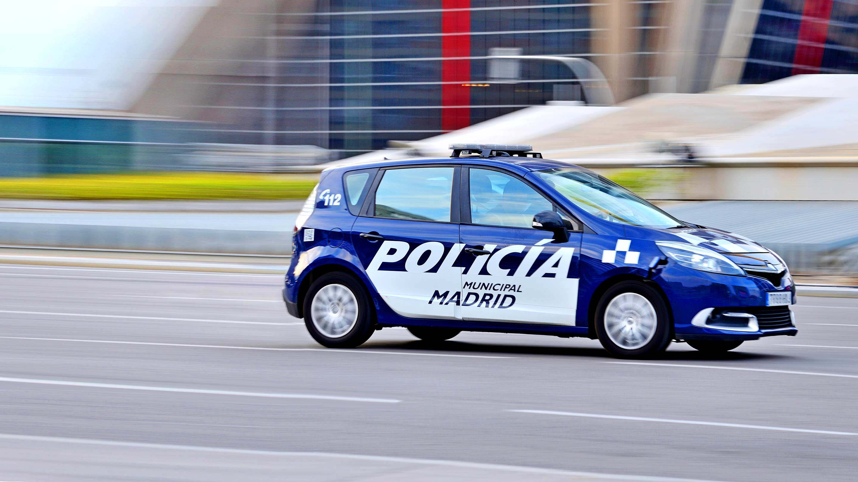 Vehículo de policía circulando rápidamente con sus luces rojas y azules encendidas