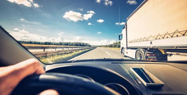Conductor al volante en la carretera