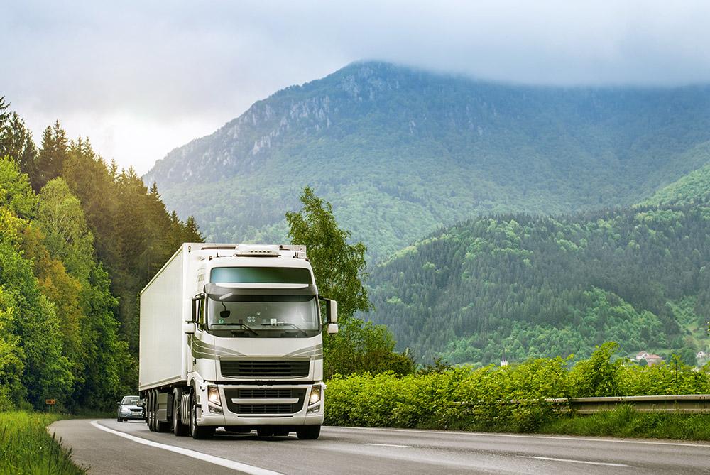 camion roulant sur une route