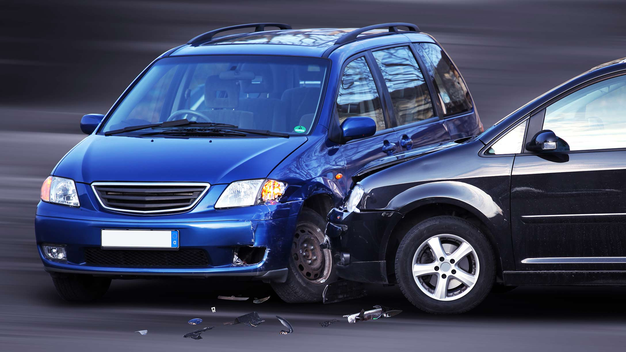 Imagen de dos vehículos color azul claro y azul oscuro, que chocaron entre sí
