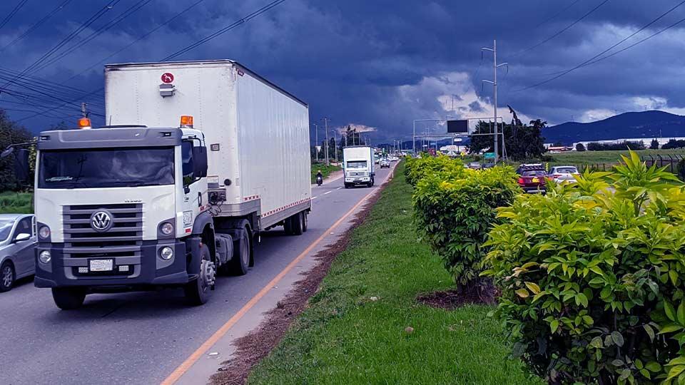 Imagen de camión blanco en carretera, con otros vehiculos alrededor
