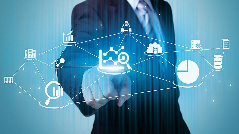 Empresário tocando holograma de dados em fundo azul