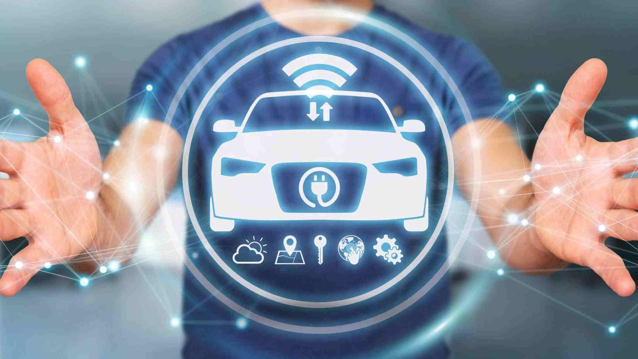 Holograma de vehículo eléctrico frente a una persona, delimitándolo con las manos
