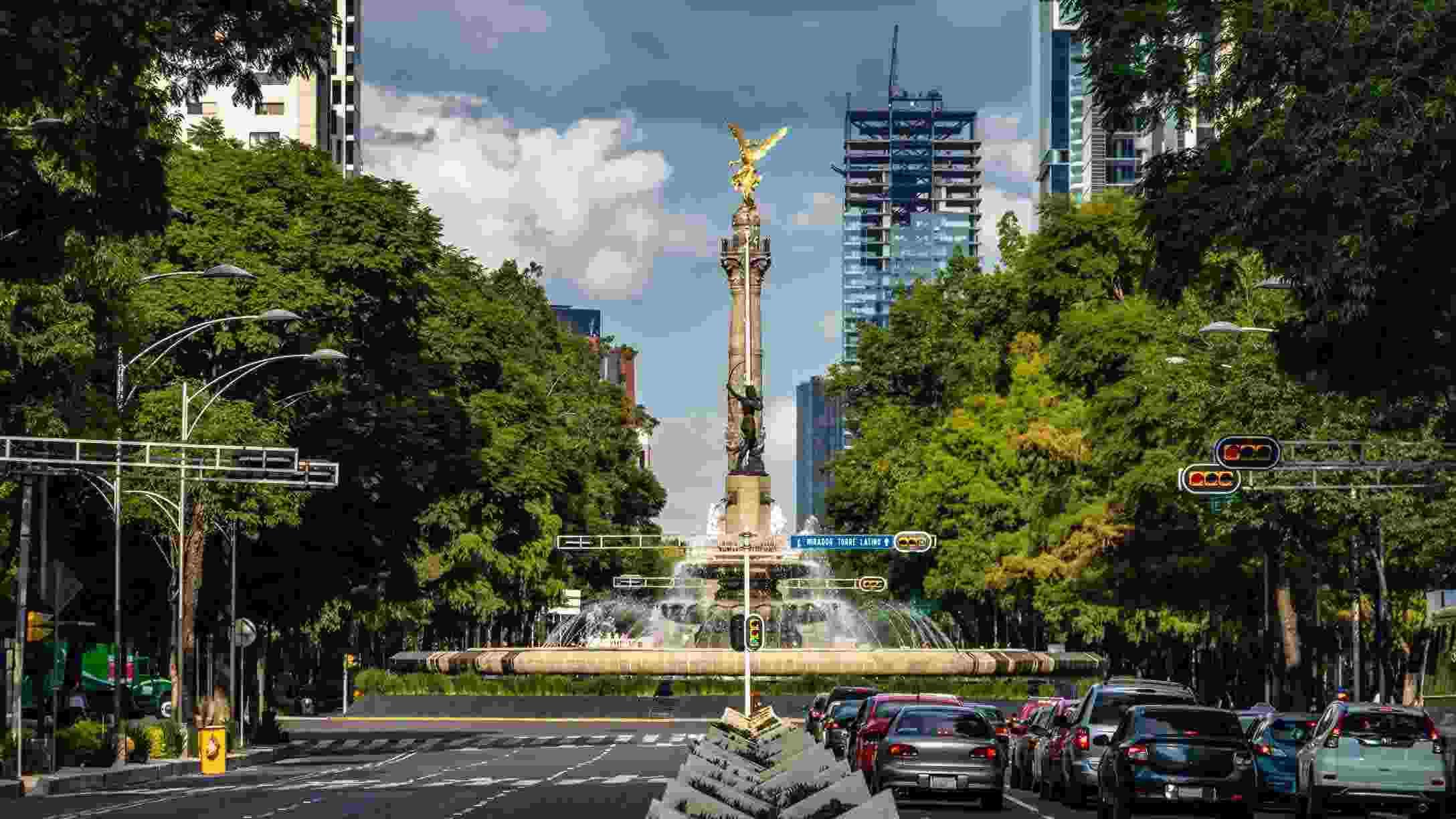 Foto de día de la avenida Reforma en Ciudad de México, con tránsito vehicular.