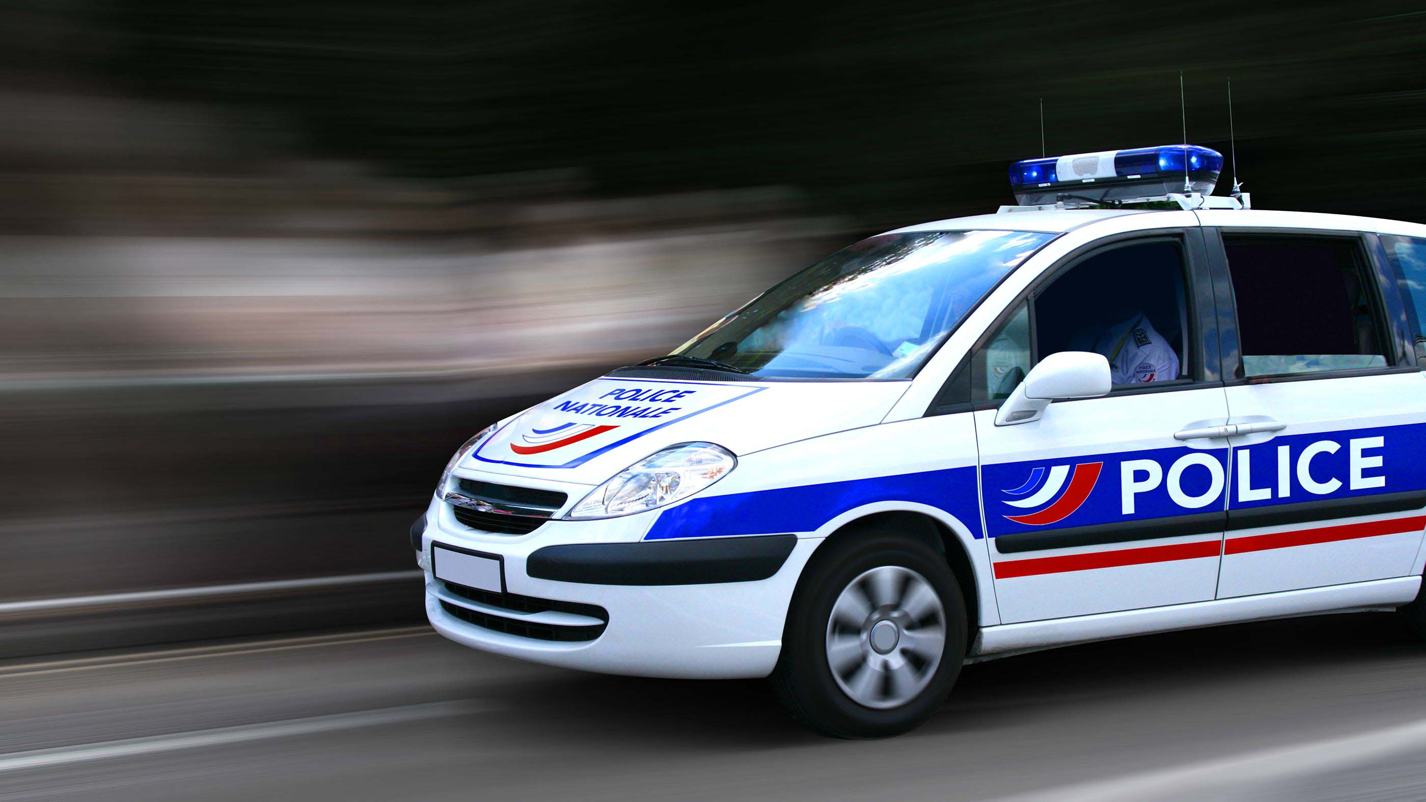 Véhicule de police circulant à vive allure avec ses feux rouges et bleus
