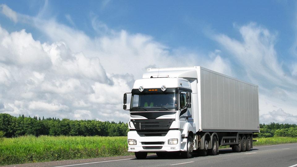 Camion bleu en mouvement sur une autoroute
