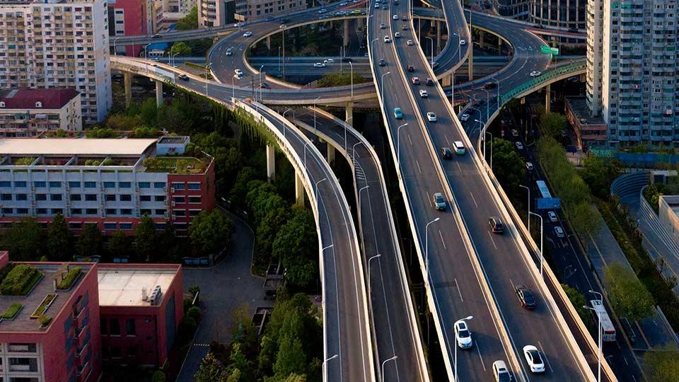 Autostrada in città con veicoli in movimento