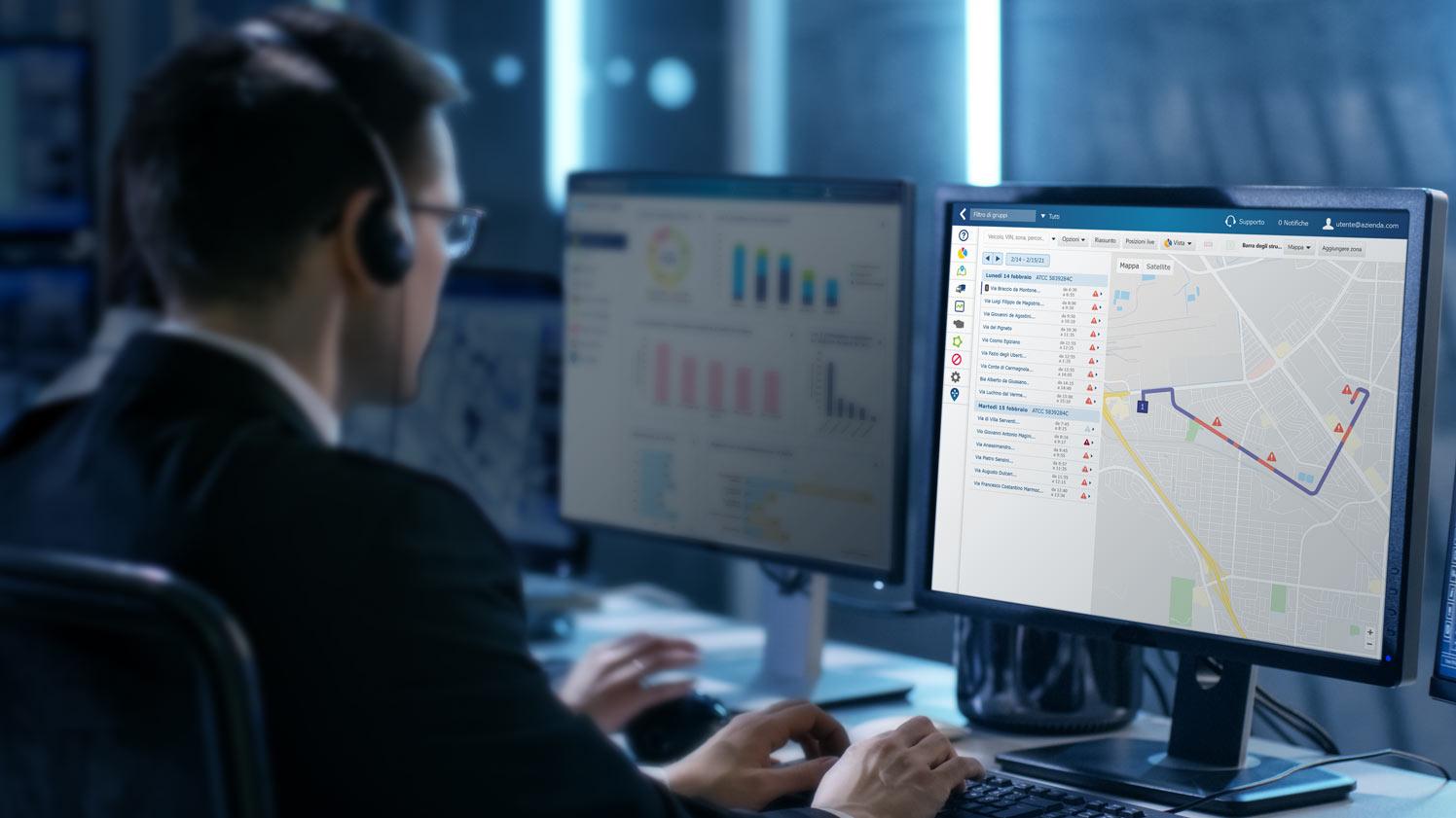 Uomo che naviga nel dashboard di MyGeotab su un monitor per computer