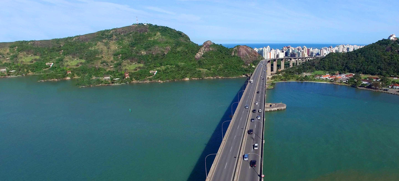 Ponte sobre a água com carros