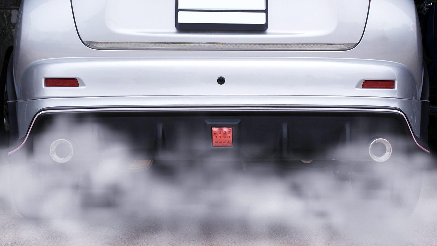 Arrière de véhicule à double tuyau d'échappement