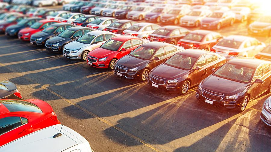 Macchine parcheggiate fotografate dall'alto
