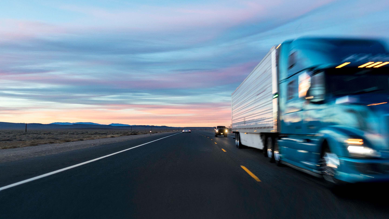 Camion su strada al tramonto