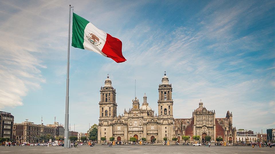 Bandera de México en frente de edificio