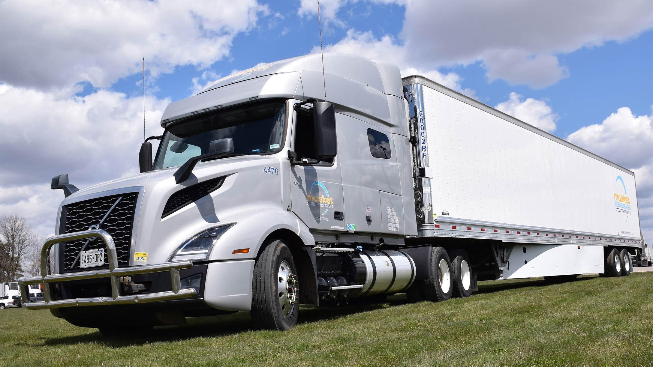 一辆火枪运输有限公司的卡车停在那里