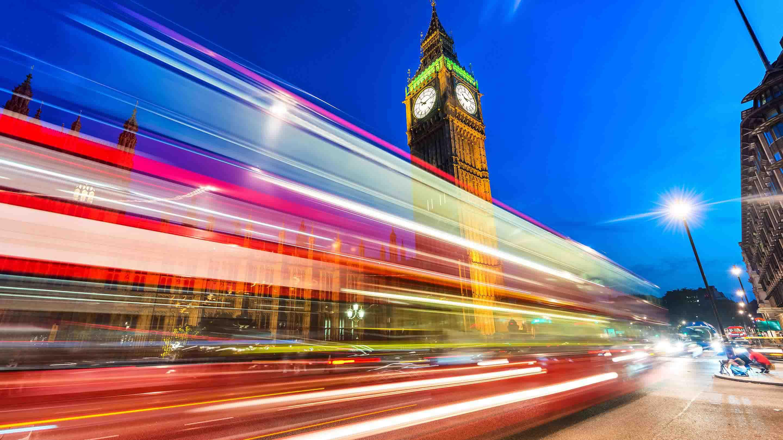 伦敦的一辆公共汽车呼啸而过大本钟
