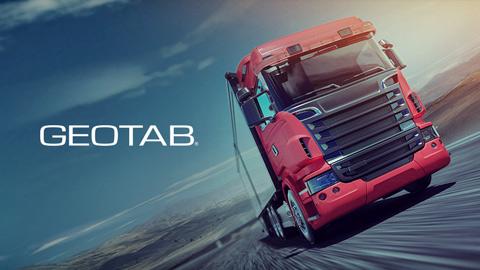 Camión rojo en una carretera y logo de Geotab