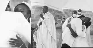 Ghanaian priest causes stir as he sings Kwabena Kwabena's song for couple in church ▷ Ghana news