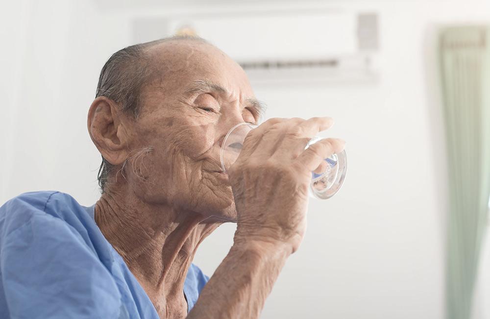 Odwodnienie osób starszych – do czego prowadzi i jak radzić sobie z negatywnymi skutkami